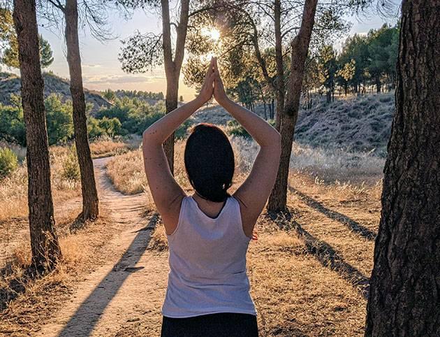 Jadeh de espaldas en postura de yoga